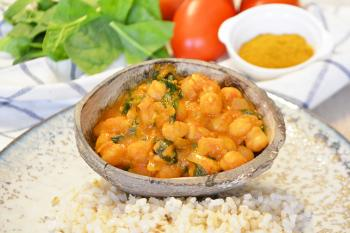 Curry de garbanzos, tomate y espinacas