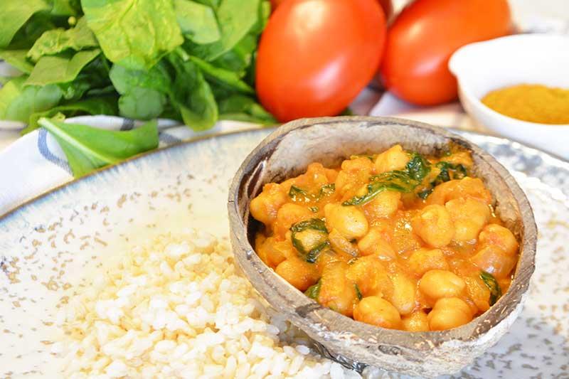 receta de curry de garbanzos, tomate y espinacas por nutricienta