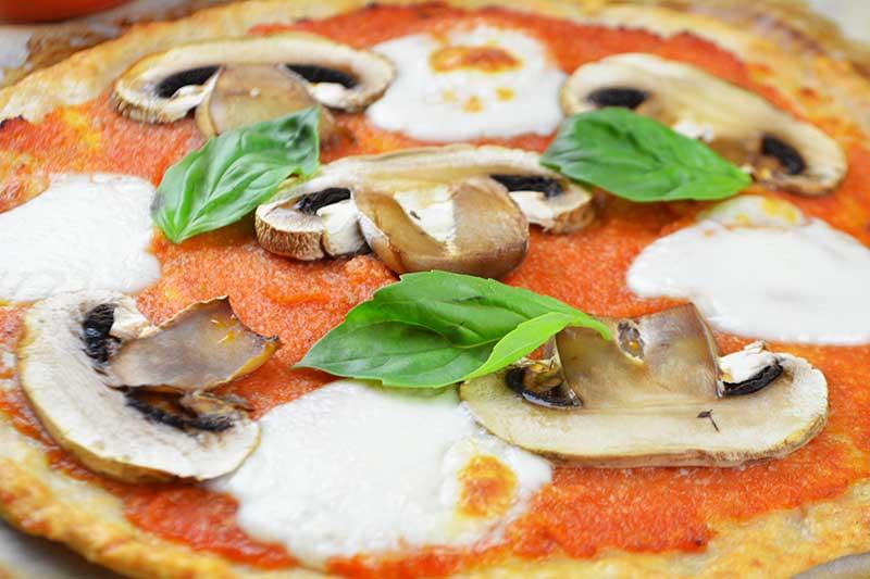 receta de pizza saludable con base de pollo y sin harina ni gluten