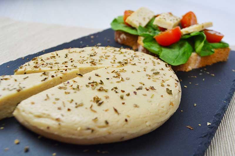 receta de queso vegano con levadura nutricional por nutricienta